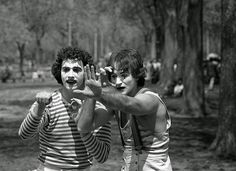 A photographer was walking through Central Park in 1974, when he ran into these young mimes, he stopped to snap this picture. Some 30 years later, he realized he had photographed a young Robin Williams performing.