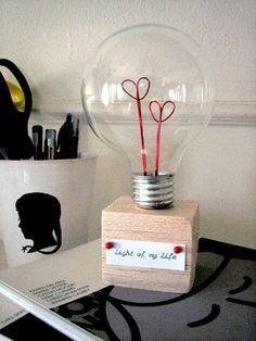 kreative Bastelidee mit Glühbirnen - Geschenk zu Valentinstag