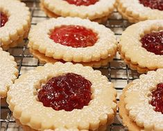 Ez a legporhanyósabb, legomlósabb linzer titka! Hungarian Desserts, Hungarian Recipes, Cookie Recipes, Dessert Recipes, Homemade Sweets, Just Eat It, Aesthetic Food, Winter Food, Food Gifts