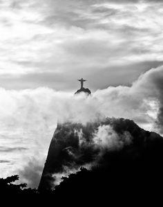 O fotografo Christian Guedes não ficou para trás ao registrar o símbolo de sua cidade: o Cristo Redentor, localizado no topo do morro do Corcovado é uma representação religiosa de Cristo, finalizada em 1931, que fica a 709 metros acima do nível do mar.