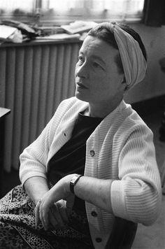 Simone de Beauvoir (1908-1986) femme de lettres et intellectuelle française, qui, par sa vie comme par ses œuvres, a joué un rôle important dans le mouvement féministe
