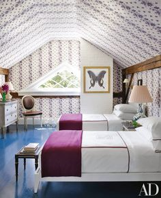 A guest room at Clove Brook Farm, the Hudson Valley getaway of lamp impresario Christopher Spitzmiller and decorator Sam Allen, features beds dressed in Leontine Linens and Alicia Adams Alpaca throws from Punch. New York Homes, Upstate New York, Guest Bedrooms, Guest Room, Attic Bedrooms, Greek Revival Home, How To Dress A Bed, Architectural Digest, Dorm Ideas