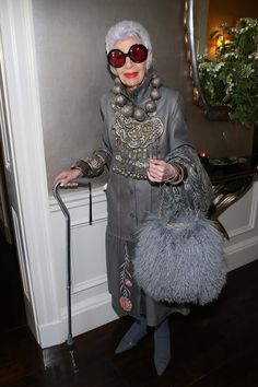 New Style Icons Women Inspiration Outfits Iris Apfel Ideas Iris Fashion, Fashion Over 50, Look Fashion, Trendy Fashion, Fashion Brands, 50 Y Fabuloso, Moda Hippie, Advanced Style, Looks Chic