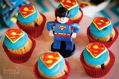 Para los súper héroes de la casa!!!!  Divina la foto de @fiestasenpapel #superman #lego #cupcakes #superheroes #superhero #aynic | por All you need is Cupcakes!