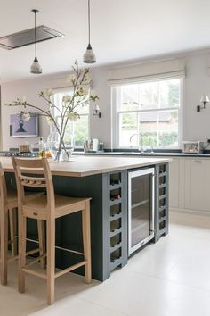 Looking for the ultimate entertainment hub in the Chilterns we began with a show-stopping Neptune Suffolk island to create a stunning Neptune kitchen Kitchen Color Themes, Kitchen Plans, Kitchen Remodel, Kitchen Decor, Contemporary Kitchen, Contemporary Kitchen Inspiration, New Kitchen, Home Kitchens, Rustic Kitchen