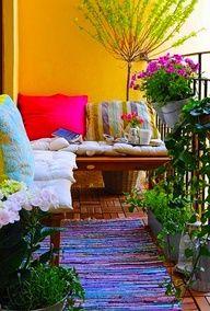 Een vloerkleed, kussens (evt op een kist) en veel kleur, simpel.