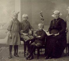 Lena Smid - Hoekema uit Koudum met haar kinderen, van links naar rechts Janke, Eling, Enne, moeder Lena en Jikke.