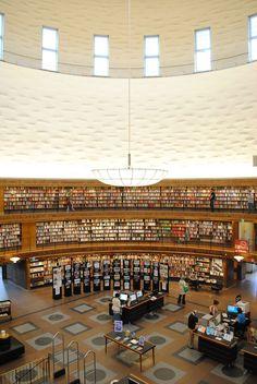 Interior de la Biblioteca de Asplund en Estocolmo. Fotografía © Jonathan Rieke.