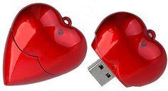 Una USB en forma de corazón es el perfecto regalo geek y romántico para tu pareja. Computer Mouse, Geek Stuff, Usb, Electronics, Amor, Heart Shapes, Couple, Gift, Hearts