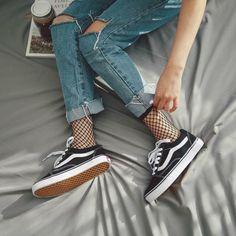 Distressed denim + fishnet socks + vans old skool shoes + ba Grunge Fashion, Look Fashion, 90s Fashion, Girl Fashion, Hipster Fashion, Fashion Beauty, Fashion Clothes, Vintage Hipster Outfits, Hijab Hipster