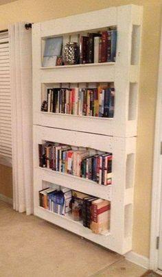 boekenkast van twee pallets boven elkaar, wit geschilderd