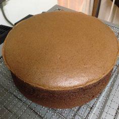 Chocolate sponge cake with pre-beaten egg whites Bolo Chiffon, Cake Cookies, Cupcake Cakes, Ogura Cake, Baking Recipes, Dessert Recipes, Easy Cake Recipes, Cotton Cake, Chocolate Sponge Cake