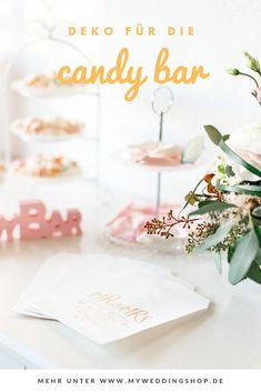 Die Candybar auch Sweet Table genannt gehört mittlerweile zu jeder Hochzeit. Hübsch dekoriert mit dem rosa farbenen Aufsteller CANDY BAR und den Candybar Tüten Mr & Mrs kann die Candybar aufgepeppt werden. Gesehen bei My Weddingshop.#candybar#candybarhochzeit#candybarideen#candybarhochzeitdeko#candybarhochzeitpastell Mr Mrs, Party, Place Cards, Place Card Holders, Candy Bar Wedding, Pastel, Decorating, Products, Ideas