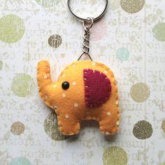 Llavero de elefante naranja de fieltro con lunares