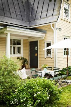 Kesäkoti pihapiirin rauhassa | Koti & Keittiö Old Houses, Nordic Home, House Exterior, House Inspiration, Outdoor Decor, Summer House, Garden Cafe, Building A House, Wooden Facade