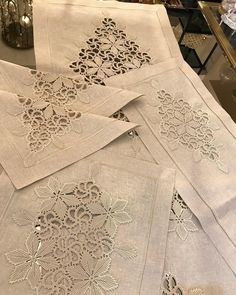 No photo description available. Crochet Motifs, Crochet Doilies, Crochet Patterns, Diy And Crafts, Arts And Crafts, Bargello, Jeffree Star, Irish Crochet, Linen Bedding