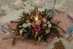 Δεξιωση γαμου στολισμός στο τραπέζι.φρέσκα άνθη με θαλασσόξυλα..Δεξίωση | Στολισμός Γάμου | Στολισμός Εκκλησίας | Διακόσμηση Βάπτισης | Στολισμός Βάπτισης | Γάμος σε Νησί & Παραλία.Driftwood Centerpiece, Driftwood Candle Holder Candle Centerpieces, Candles, Wedding Ideas, Table Decorations, Garden, Furniture, Home Decor, Garten, Decoration Home