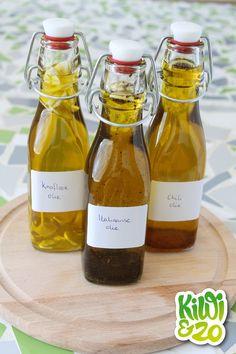 Een simpele manier om snel smaak aan een gerecht te geven is door er een kruiden olie over te sprenkelen. Bijvoorbeeld de smaak van knoflook aan een gerecht toevoegen, zonder elke keer een teentje fijn te hoeven hakken. Het leuke van deze methode is dat het met vele kruiden en combinaties kan, en het is … Pesco Vegetarian, Kiwi, Herbs For Health, Herbal Oil, Preserving Food, Spice Mixes, Hot Sauce Bottles, Chutney, Spice Things Up