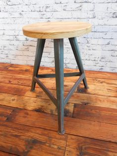 Industriální trojnožka stará industriální stolička, štokrle,trojnožka původní konstrukce a staré opracované dřevo , renovované uměleckým truhlářem, moc pěkný designový kousek, rozměry průměr 36 cm, 50 cm výška