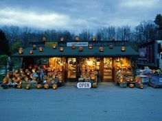 Produce stand is in Woodstock, NY Holidays Halloween, Happy Halloween, Halloween Ideas, Halloween Decorations, Halloween Party, Country Halloween, Autumn Decorations, Halloween Scene, Halloween Jack