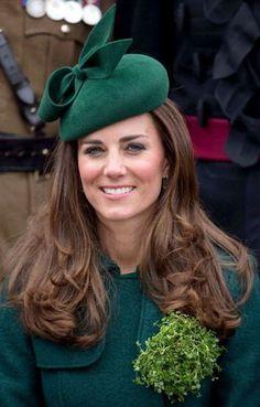 Kate Middleton fascinators: The Duchess chose an emerald-green Gina Foster fascinator to match her festive green coat on St. Patrick's Day this year. Kensington, Eugenie Of York, Princesa Kate Middleton, Herzogin Von Cambridge, Kate Dress, Kate Middleton Style, Pippa Middleton, Stylish Hats, Princesa Diana