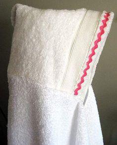 En esta manualidad te mostraremos como hacer una toalla con capucha para bebe. No necesitaras muchos materiales y con un poco de tiempo lotendráspreparado.  MATERIALES:  1 toallon 1/2 toalla Hilo y aguja Tijeras  PASOS: 1. Corta tu toalla a la mitad.  2. Dobla el borde cosido de la