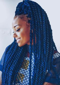idée de coiffure femme afro tendance, tresses africaine, cheveix couleur bleue, cheveux crépus, tenue swag