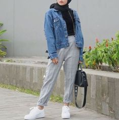 Checked pants hijab style – Just Trendy Girls Modern Hijab Fashion, Street Hijab Fashion, Hijab Fashion Inspiration, Muslim Fashion, Modest Fashion, Fashion Outfits, Sneakers Fashion, Fashion Fashion, Grey Sneakers