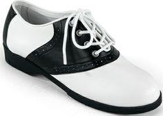 Qua schoenen mag veel. Denk  voor vrouwen aan lage kitten-hakken, ballerina's, of een veterschoentje. Sneakers zijn uit den boze.
