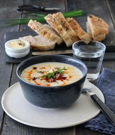 Det er ikke mye som slår en fyldig og silkemyk blomkålsuppe, og spesielt ikke når den får følge av en hissig og smakfull chorizo, sprøstekte blomkålbuketter og friske urter! Til ca. 4 porsjoner trenge