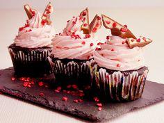 Wir zaubern mit lockerleichtem Schokoteig und schaumiger Erdbeercreme die leckersten Yogurette-Cupcakes aller Zeiten.