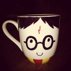 DIY Harry Potter Sharpie Mug. A white mug suddenly turns into Harry Potter! Cadeau Harry Potter, Harry Potter Bricolage, Anniversaire Harry Potter, Harry Potter Mugs, Sharpie Crafts, Diy Sharpie Mug, Sharpie Mug Designs, Sharpie Projects, Geek Crafts