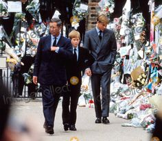 9-5-1997 Mourners and Flowers Tribute at Buckingham Palace , Kensington Palace in London Princess Diana Funeral Prince Charles with Sons Henry ( Harry ) and William Photo by: Dave Chancellor-alpha-Globe Photos Inc