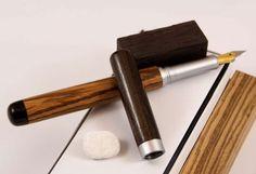 """Füllfederhalter """"RB Exklusive"""" Der RB Exklusive Füllfederhalter ist ein Füllfederhalter der Spitzenklasse, der mit zwei verschiedenen Edelhölzern kombiniert werden kann. Der hier abgebildete Füller besteht aus aus Zebrano mit Makassar Ebenholzkappe und einer Verschlusskappe aus Makassar Ebenholz. Unser Füller RB Exklusive wird komplett frei gestaltet, ohne die sonst üblichen Endkappen. Das Griffstück ist in Chrom satiniert ausgeführt. Bei diesem Füllfederhalter kommen ausschließlich…"""
