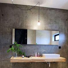 Parede em concreto aparente e bancada em madeira  #inspiration #interiordesign #architecture #bathroom