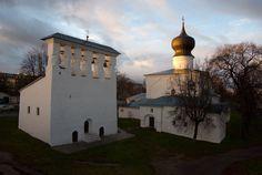 Церковь Успения у парома. Псков. 16 в.  Звонница стенного типа, стоящая отдельно (2 тип)
