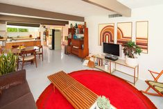 Mid Century delight Palm Springs CA_lots of light_clean spaces_great furniture :) 1960s Interior, Modern Interior Design, Interior Design Living Room, Ranch Style Homes, House Inside, Vintage Interiors, Mid Century Modern Design, Mid Century Furniture, Ideal Home