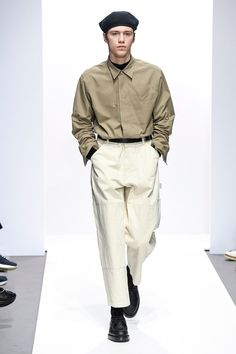 Margaret Howell Fall 2018 Menswear Fashion Show Collection: See the complete Margaret Howell Fall 2018 Menswear collection. Look 7 Mens Fashion 2018, Stylish Mens Fashion, Latest Mens Fashion, Mens Fashion Suits, Comfortable Fashion, Margaret Howell, Latest Mens Wear, Outfits Hombre, Jacquemus