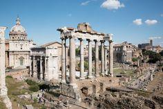 """-Templo de Saturno- As oito columnas de granito gris detrás do Rostra son parte do templo de Saturno. Construído durante a monarquía e inaugurado na República foi completamente reconstruído no ano 42 a.C. Era a sé do tesouro público, polo que tamén foi chamado """"Aerarium Saturni""""."""