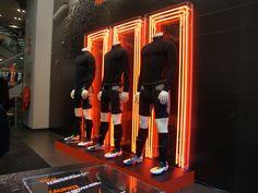 Decoración con neon en tienda Nike