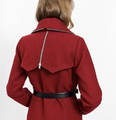 Manteau Leonie Marilyne Baril 549.00 $  Leonie est un manteau structuré avec une épaulette en lainage et un pli d'aisance au bas du dos. Il a un simple boutonnage à l'avant, des poches en cuir aux hanches et un joli constrate de zippers métalliques autour du col et au centre dos. Son melton est fabriqué au Québec.  80% laine 20% nylon Doublure imprimée Créé et fabriqué à Montréal Nylons, Pli, Fibres, Marigold, Collection, Centre, Simple, Fashion, Fall Winter 2015