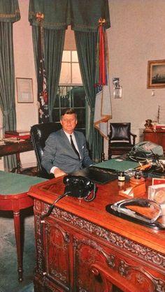 JFK at his oval office desk Estilo Jackie Kennedy, Les Kennedy, John Kennedy Jr, Caroline Kennedy, Jfk Jr, American Presidents, Us Presidents, Us History, American History