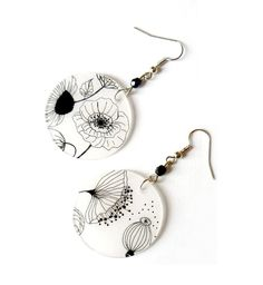 Boucles d'oreilles fines : fleurs noires et blanches Paper Jewelry, Jewelry Crafts, Handmade Jewelry, Polymer Clay Art, Polymer Clay Earrings, Ceramic Jewelry, Resin Jewelry, Shrink Plastic Jewelry, Shrink Art