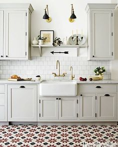 With hints of red in the floor tiles, this country style kitchen has festive written all over it! ❤️ via @housebeautiful