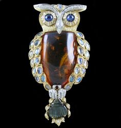 Amber & 18 karat Yellow Gold Owl Pin. Accompanied by unique insects fossilized within Amber stone.
