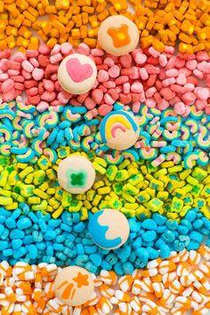 DIY lucky charms macarons by top Houston lifestyle blogger, Ashley Rose of Sugar and Cloth #stpattysday #stpatricks #dessert #luckycharms
