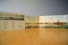 Ansichtkaart Molenpanorama  Het enorme Molenpanorama werd door Frans Mars geschilderd op een gebogen wand. Uitkijkend over de Zaan naar het oosten gaf hij de ruim vijftig molens weer die rond 1800 langs de oevers van de rivier stonden. In 1925 was hij een van de oprichters van Vereniging De Zaansche Molen.   Wij hebben van dit panorama een ansichtkaart gemaakt. De kaart is te koop in Specerijenmagazijn IndiesWelvaren in molen De Huisman op de Zaanse Schans.