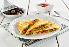 Quesadilla cu pui – reteta video via Confort Food, Vegan Recipes, Cooking Recipes, Vegan Food, Romanian Food, Romanian Recipes, Quesadilla Recipes, Chicken Quesadillas, Tasty