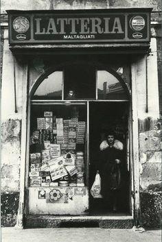 Milano: aperta nel lontano 1885 in Corso Garibaldi Vintage Photographs, Vintage Photos, Foto Vintage, Old Pictures, Old Photos, Trattoria Italiana, Gianni Agnelli, Milan, All About Italy
