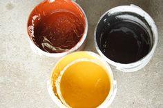 PEINTURE À L'OCRE : Délayer 700 g de farine dans 1 litre d'eau. Porter à ébullition cette sauce blanche, allongée progressivement avec 7 litres d'eau. Pigmenter avec 2 kg d'ocre et ajouter 200 g (ou 2 dl) de sulfate de fer. Chauffer la préparation 15 minutes.  Ajouter 1 litre d'huile de lin. Cuire à nouveau pendant 1 quart d'heure, tout en remuant. Ajouter 10 cl de savon noir, cela favorisera l'émulsion de la peinture.
